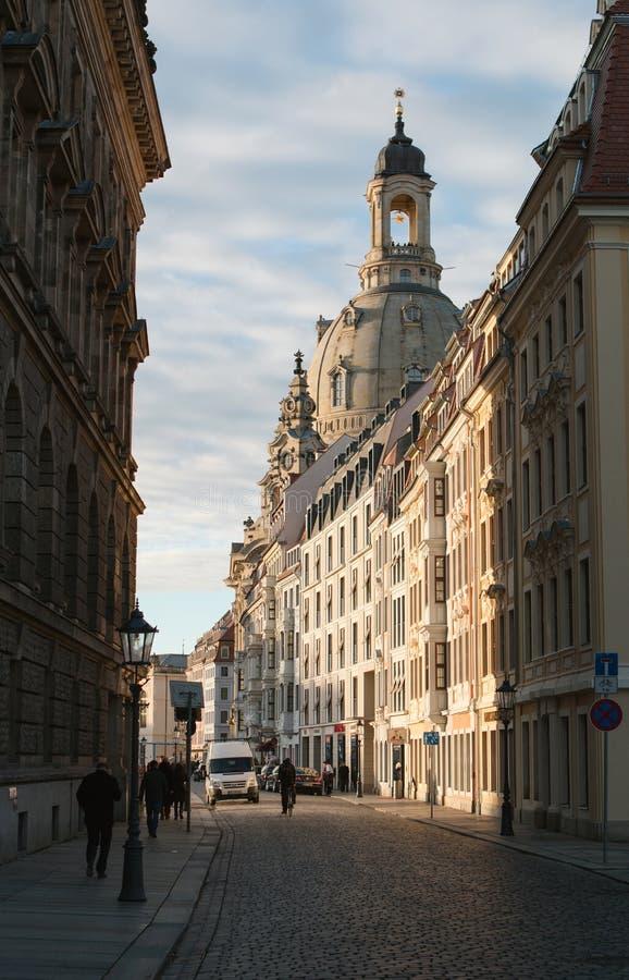 Dresden-Straße mit Frauenkirche - Deutschland lizenzfreie stockbilder