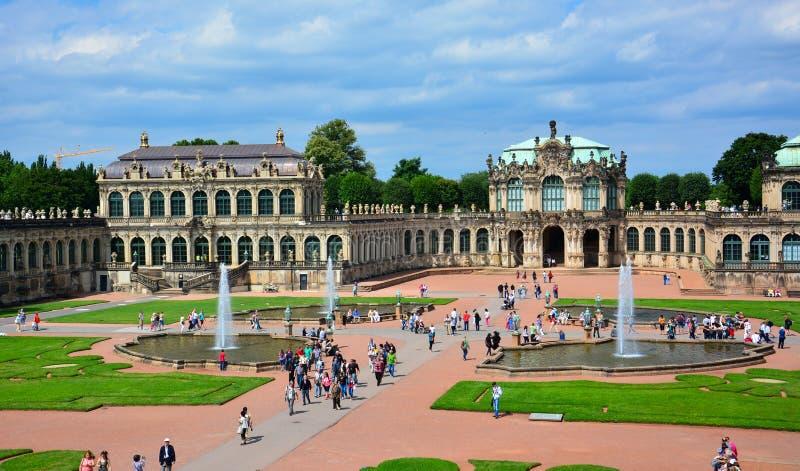 Dresden/Tyskland— Augusti 11, 2013: panoraman av Zwinger, en barock kunglig slott i Dresden, Sachsen, Tyskland royaltyfri fotografi