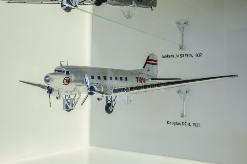 DRESDEN TYSKLAND - MAI 2015: passagerarenivå Douglas DC-3 I 1935 royaltyfria bilder