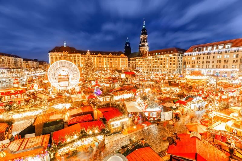 Dresden-Weihnachtsmarkt, Ansicht von über, Deutschland, Europa Weihnachtsmärkte ist- traditionelle europäische Winter-Ferien lizenzfreie stockfotos