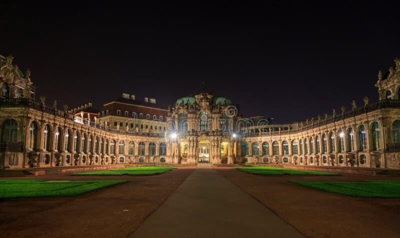 Dresden Zwinger slottpanorama med belysning på natten royaltyfri foto
