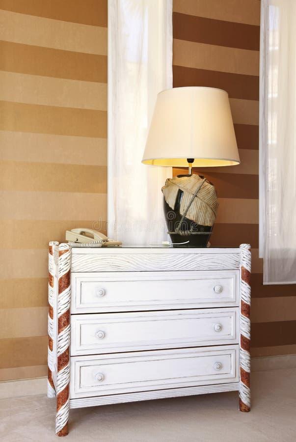 dresser lampy stół obraz stock