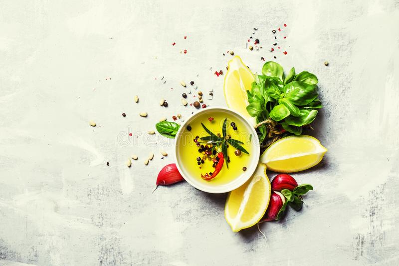 Dressing med basilika, olivolja, vitlök, citronen och kryddor, fotografering för bildbyråer