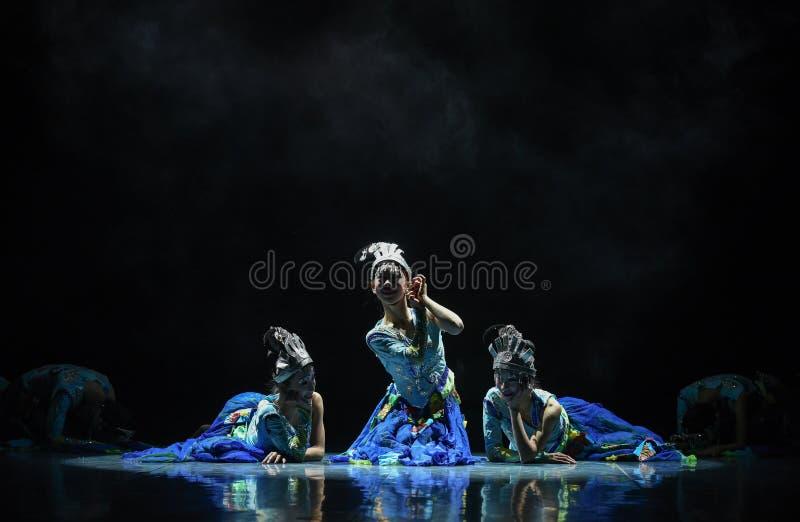 Dressingflicka upp vid vatten-medborgarefolkdansen arkivfoton