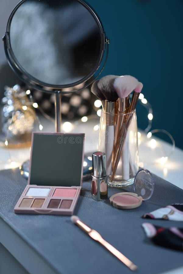 Dressingtabell med spegeln, pulver, borste, mineraliskt fundament, svampar arkivfoton
