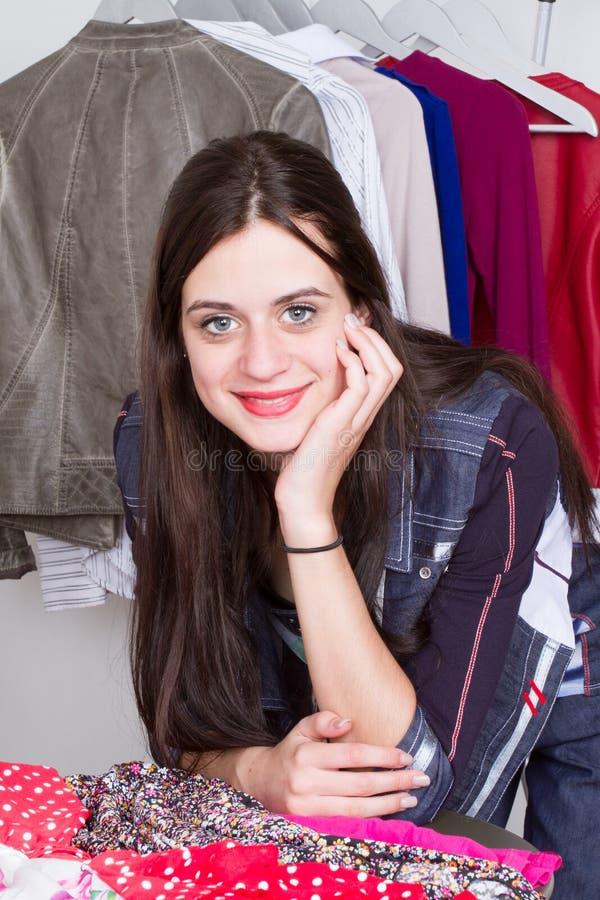 Dressmaker модельера работая на ее дизайнах в выставочном зале студии стильном стоковое фото