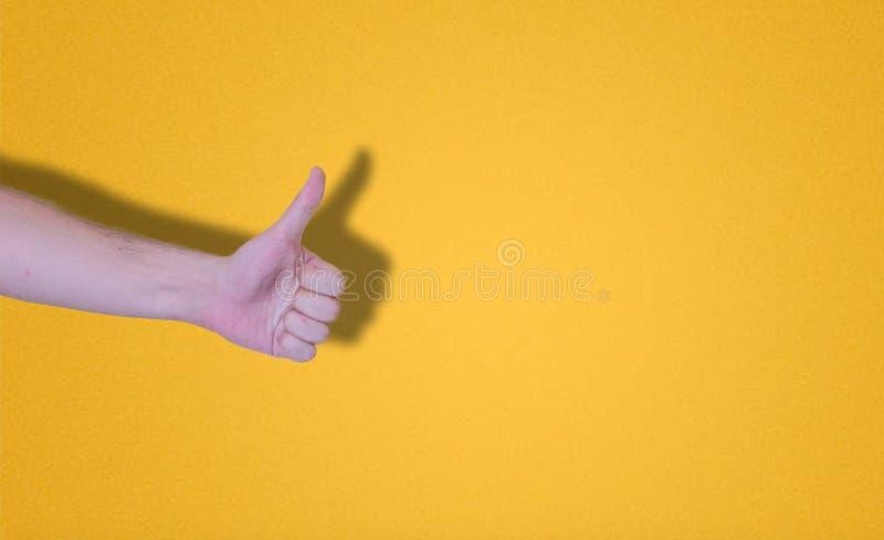 dreunen op hand op een gele achtergrond royalty-vrije stock afbeelding