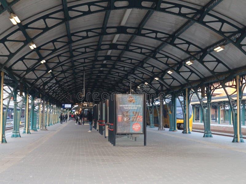 Drev för folk för Vieuw järnvägsstationdenbosch väntande på royaltyfria bilder