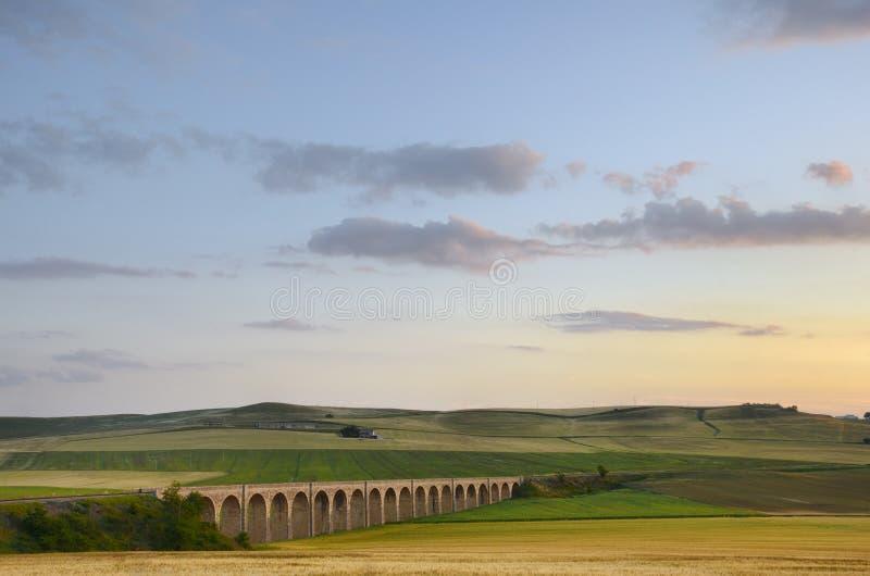 drev för järnväg för mur för apuliabro italiy arkivfoton