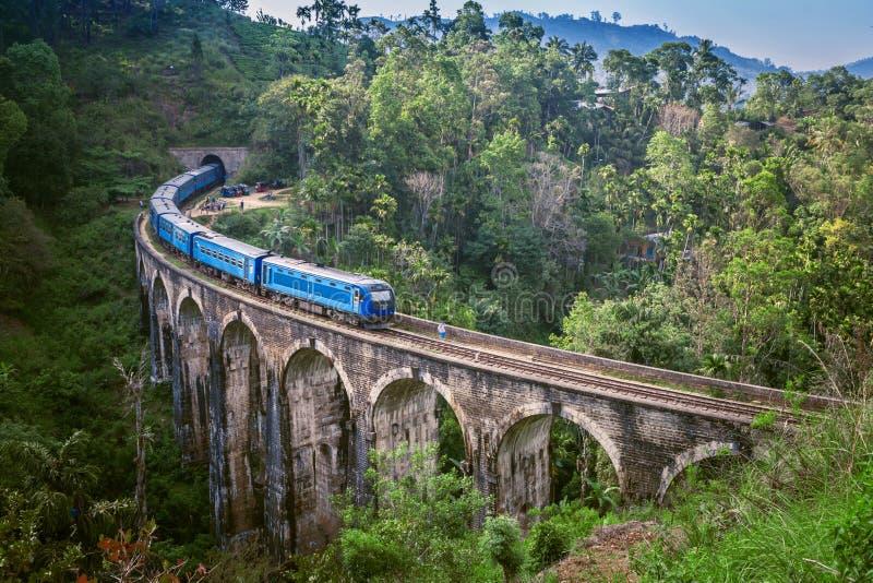 Drev på ärke- bro nio i Sri Lanka Härligt drevspår i kulleland Gammal bro i Ceylon arkivfoto