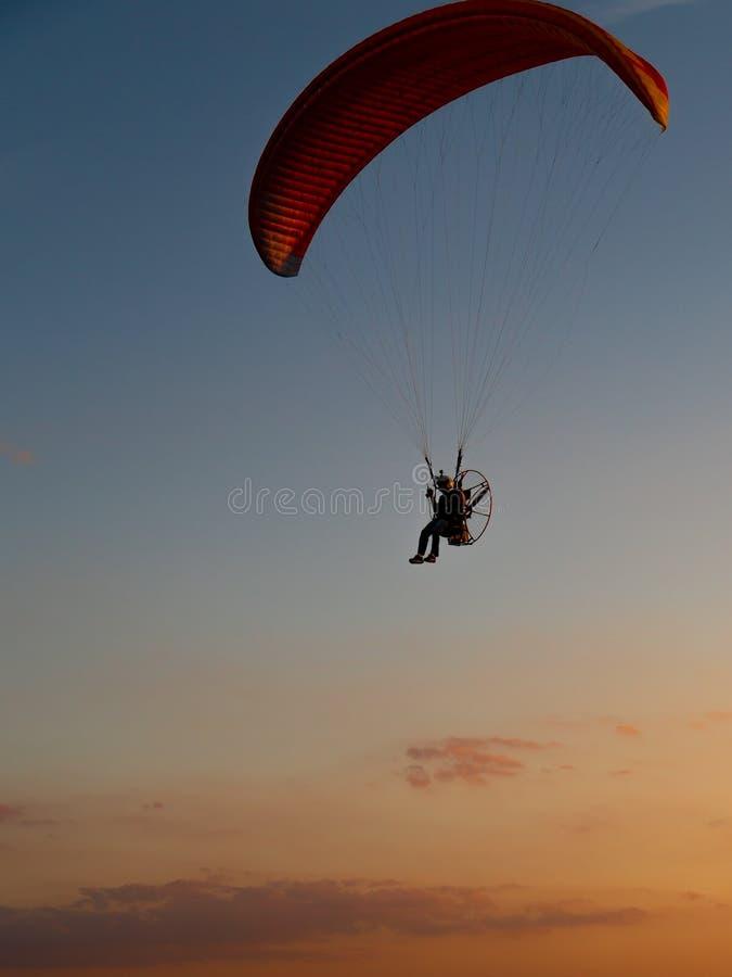Drev paragliders som utför nattairshow arkivfoton