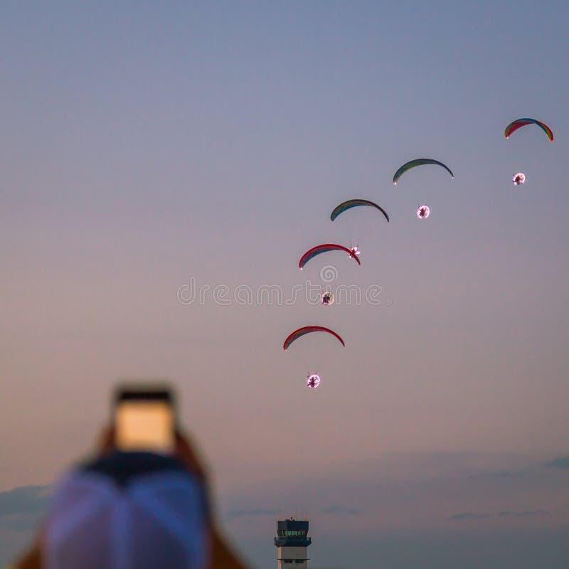 Drev paragliders som utför nattairshow på gyckel 2018 för ` för sol` n royaltyfri foto