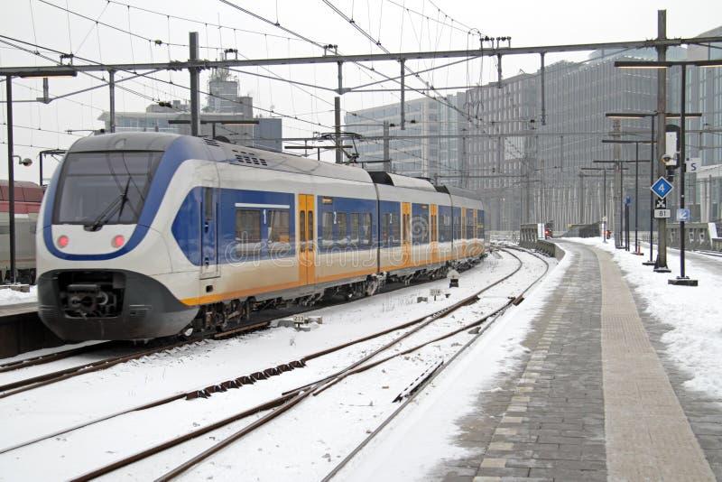 Drev som ankommer på centralstationen i Amsterdam Nederländerna arkivbilder
