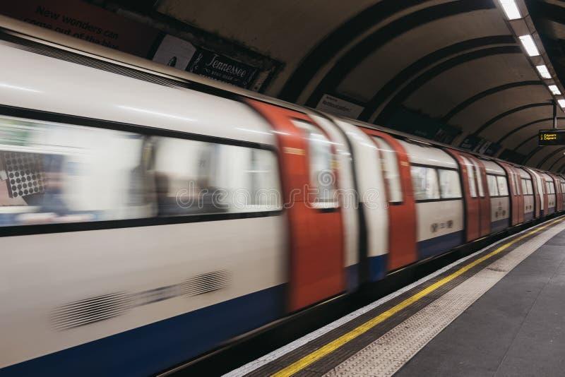 Drev som avgår London den underjordiska stationen, UK, rörelsesuddighet arkivbilder