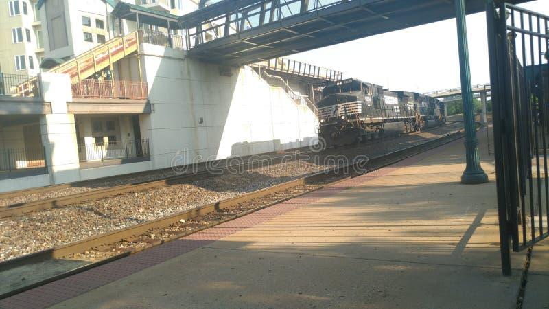 Drev som går under den fot- bron fotografering för bildbyråer