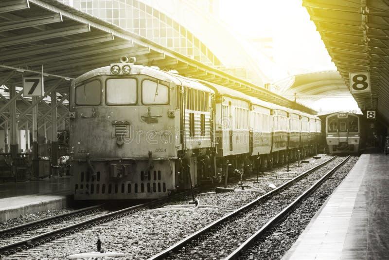 Drev som ledas av gamla diesel- elektriska lokomotiv på den Bangkok järnvägsstationen royaltyfria bilder