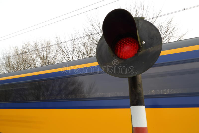 Drev som rusar den förgångna järnväg korsningen fotografering för bildbyråer