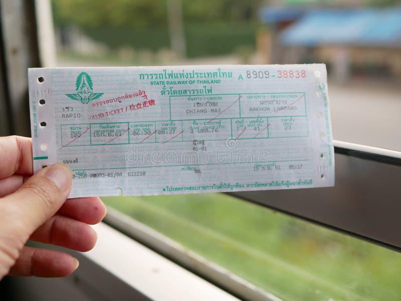 Drevbiljett av den statliga järnvägen av Thailand på ett rörande drev i Chiang Mai, Thailand arkivbild