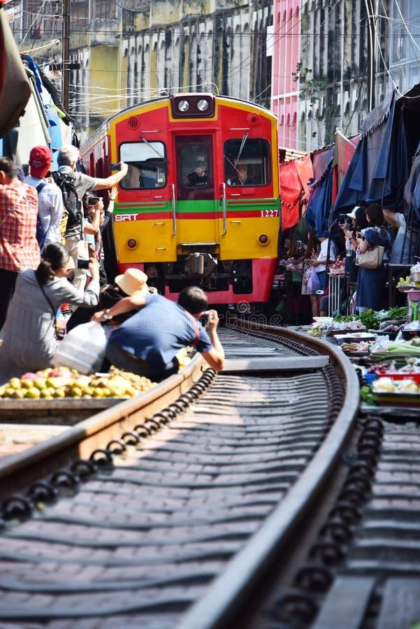 Drevbortgång till och med Maeklong den järnväg marknaden, Thailand royaltyfri fotografi