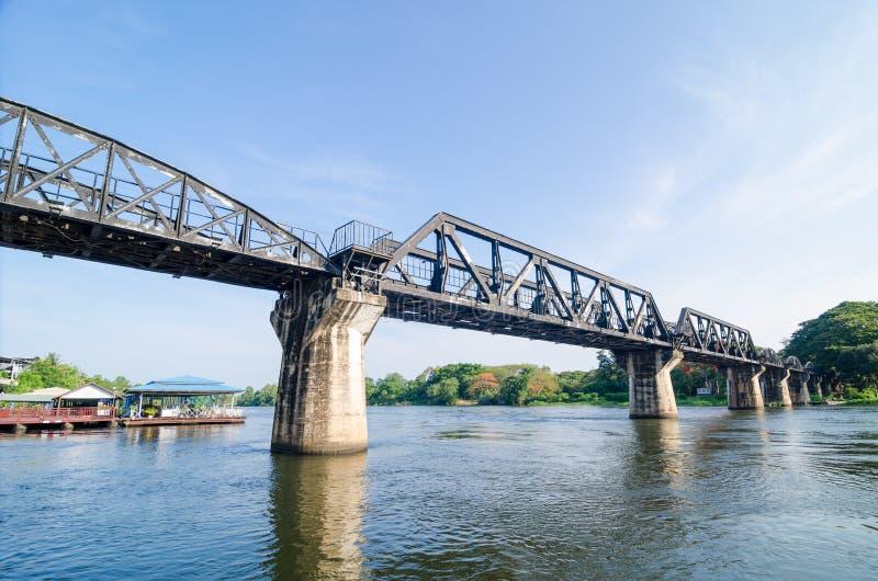 Drevbron av floden Kwai i Thailand royaltyfria foton