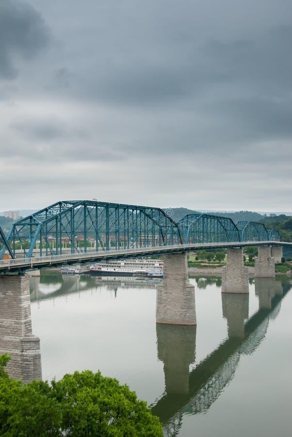 Drevbrospännvidder över Tennessee River arkivbild