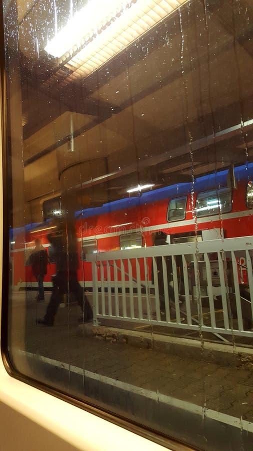 Drevdrevstation som väntar på trainstation royaltyfri fotografi
