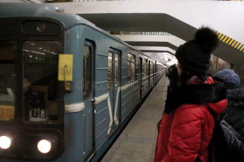 Drevet ankom på plattformen i Moskvatunnelbanan royaltyfri bild
