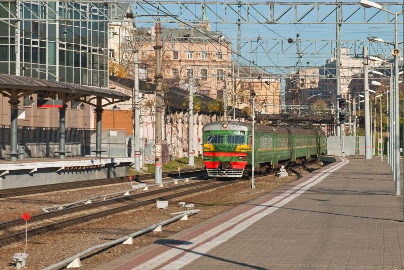Drevet ankommer på järnvägsstationen arkivfoto