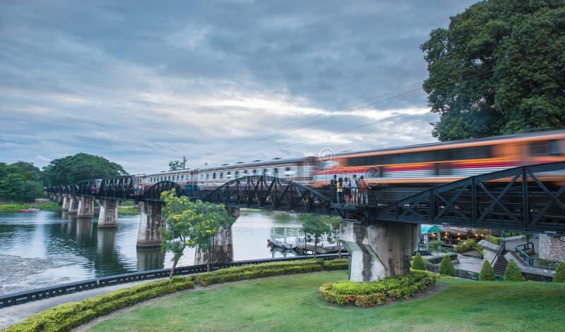Drevflyttning över den flodKwai bron, Kanchanaburi, Thailand på royaltyfria bilder