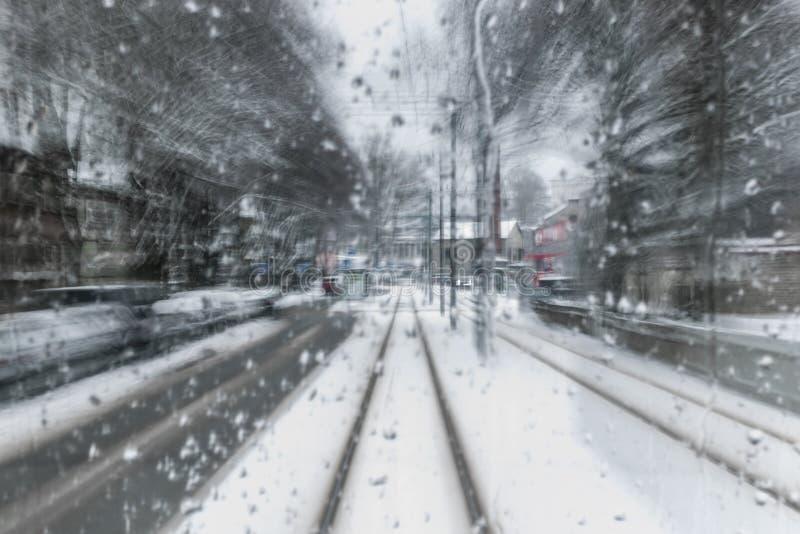 Drevflyttning till och med en snöig neighbourhood arkivfoto