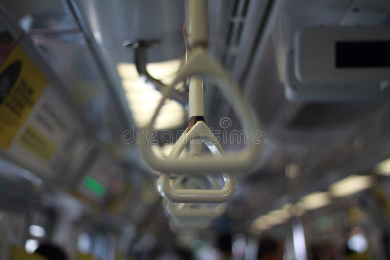 Drevhandtag i en Singapore tunnelbana royaltyfria foton