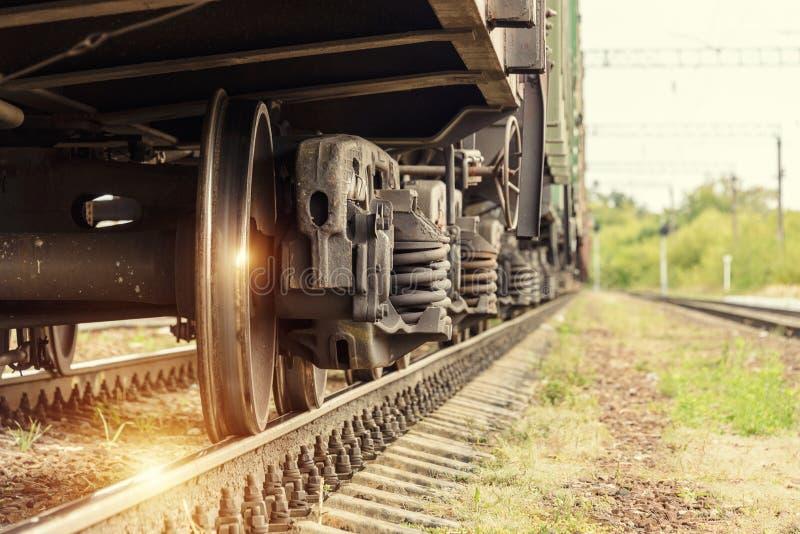 Drevhjul på stänger arkivbilder