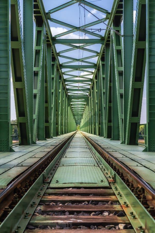 Drevjärnvägsbro. arkivbild