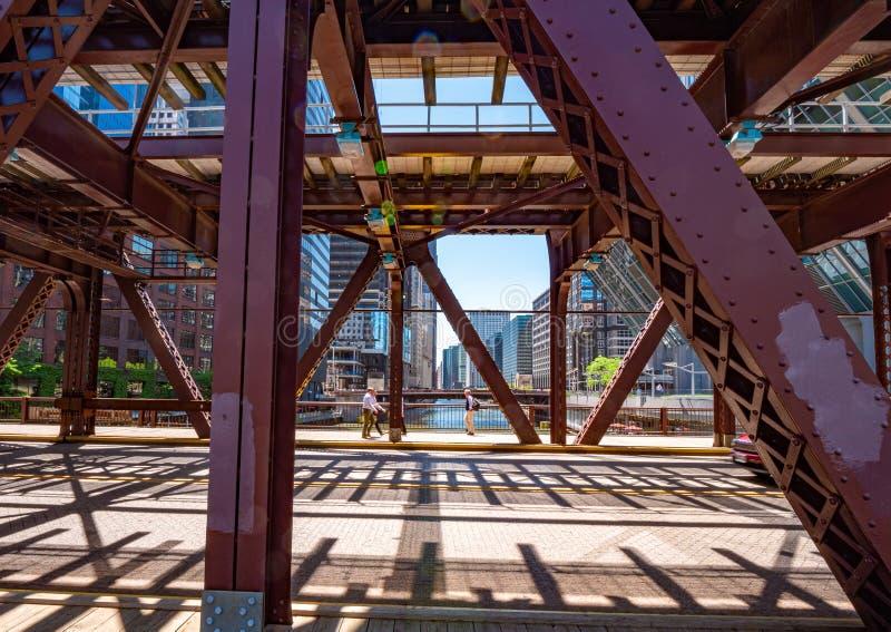 Drevspår över i bro i Chicago - CHICAGO, USA - JUNI 11, 2019 royaltyfria foton