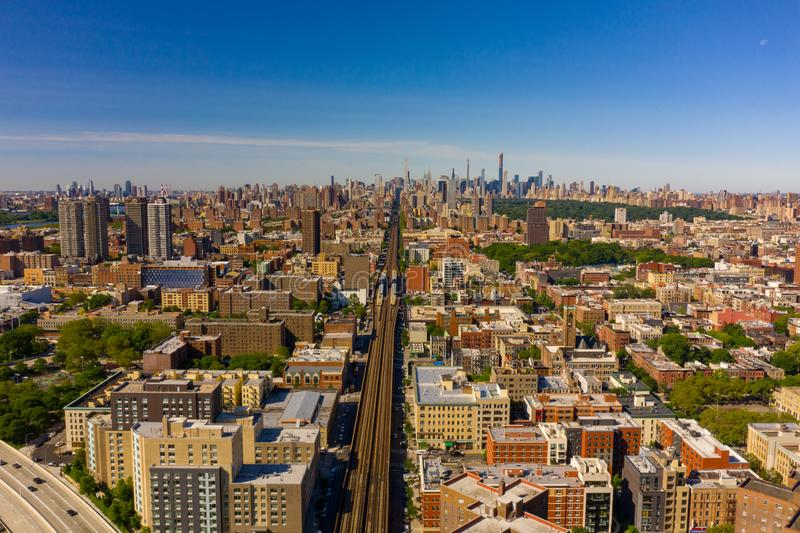 Drevspår som leder till Manhattan NYC royaltyfri fotografi