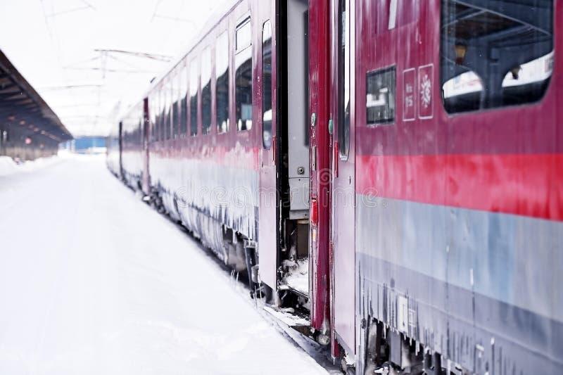 Drevvagn i station under vinter royaltyfri fotografi