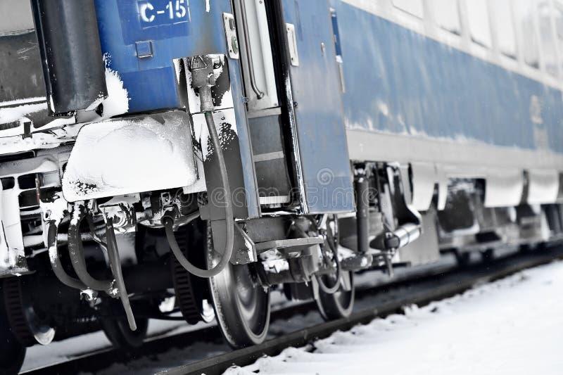 Drevvagnen fungera som buffert och sammanlänkningar som frysas i vinter arkivbilder