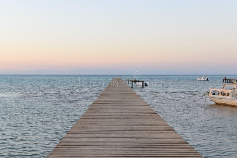 Drewna bridżowy molo przeciw pięknemu zmierzchu niebu zdjęcia royalty free
