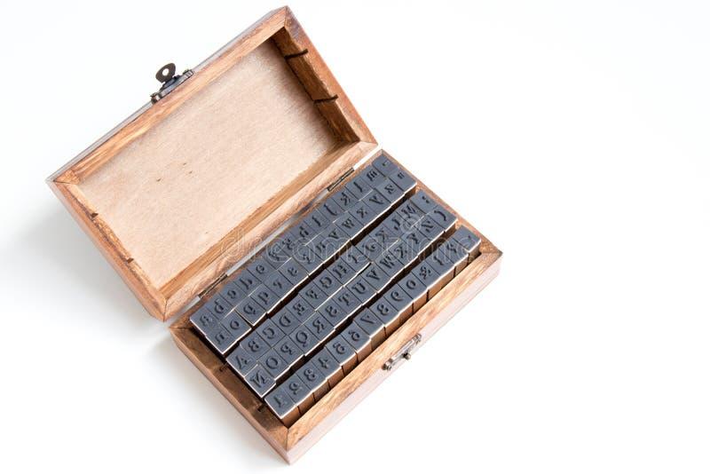 Drewna pudełko zawiera angielskiego abecadła i liczby pieczątkę zdjęcia stock