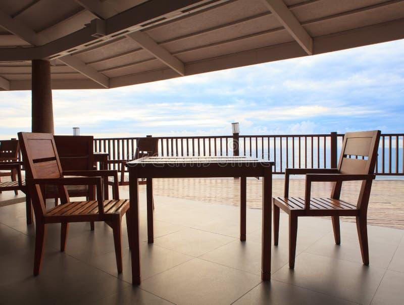 Drewna stołowy i drewniany biurko w pawilonu tarasie przeciw pięknemu zdjęcia royalty free
