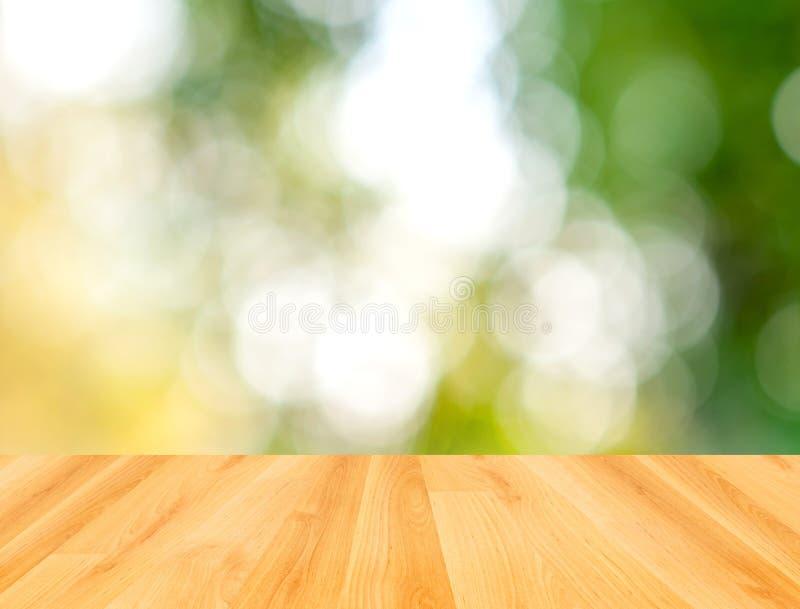 Drewna stołowy i zielony bokeh natury tło obrazy royalty free