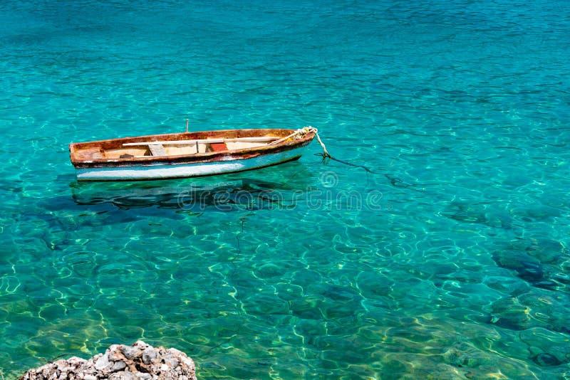 Drewniana łódź cumował w morzu śródziemnomorskim, Peloponnese, Grecja obraz royalty free