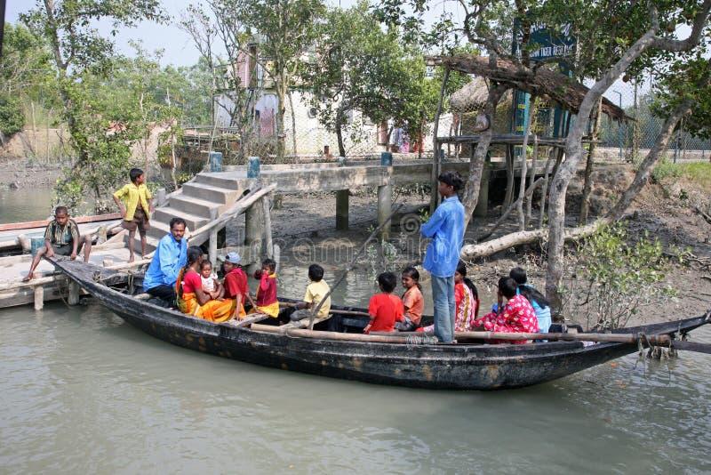 Drewniana łódź krzyżuje Ganges rzekę w Gosaba, Zachodni Bengalia, India obrazy stock