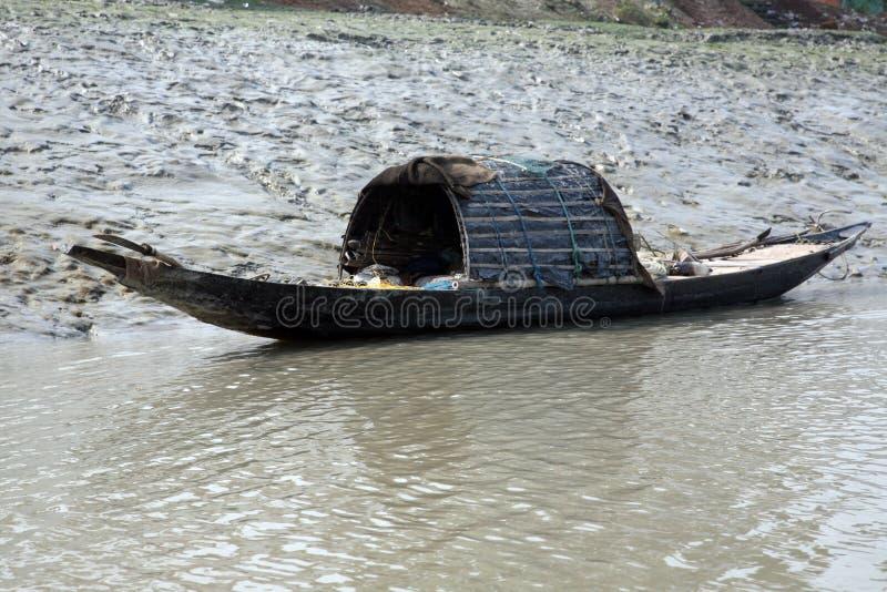 Drewniana łódź krzyżuje Ganges rzekę w Gosaba, Zachodni Bengalia, India zdjęcia royalty free