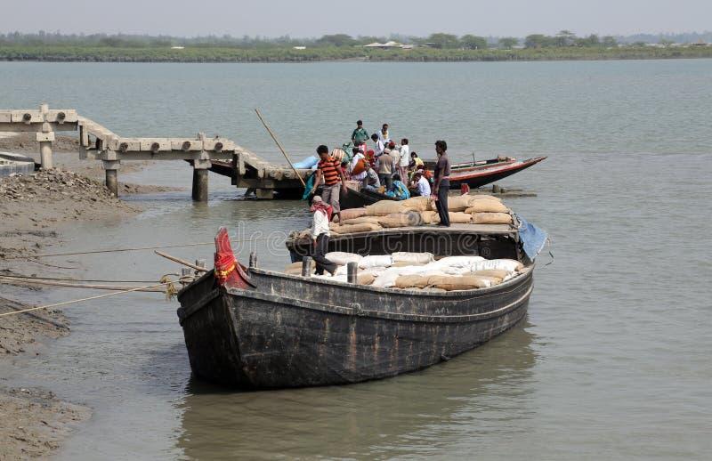 Drewniana łódź krzyżuje Ganges rzekę w Gosaba, Zachodni Bengalia, India fotografia royalty free