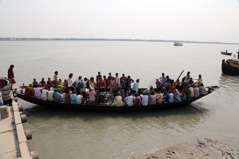 Drewniana łódź krzyżuje Ganges rzekę w Gosaba, Zachodni Bengalia, India fotografia stock