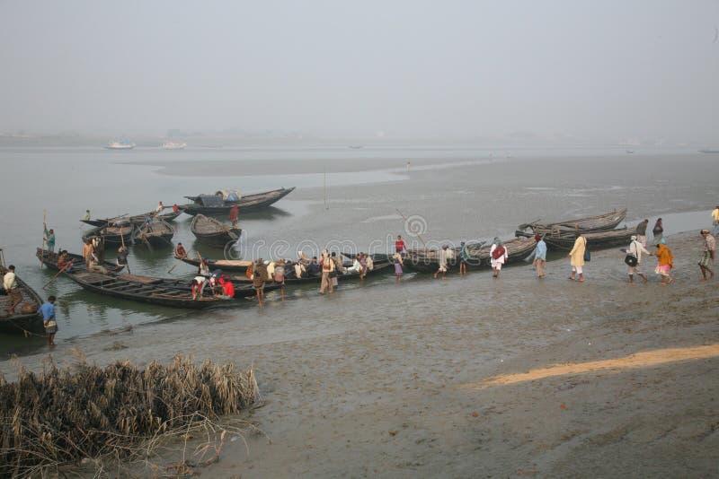 Drewniana łódź krzyżuje Ganges rzekę w Konserwuje miasteczku, Zachodni Bengalia, India obraz stock