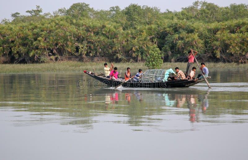Drewniana łódź krzyżuje Ganges rzekę w Sundarbans, Zachodni Bengalia, India zdjęcie stock