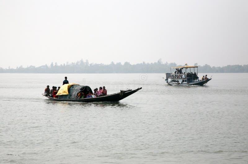 Drewniana łódź krzyżuje Ganges rzekę w Sundarbans, Zachodni Bengalia, India zdjęcia stock