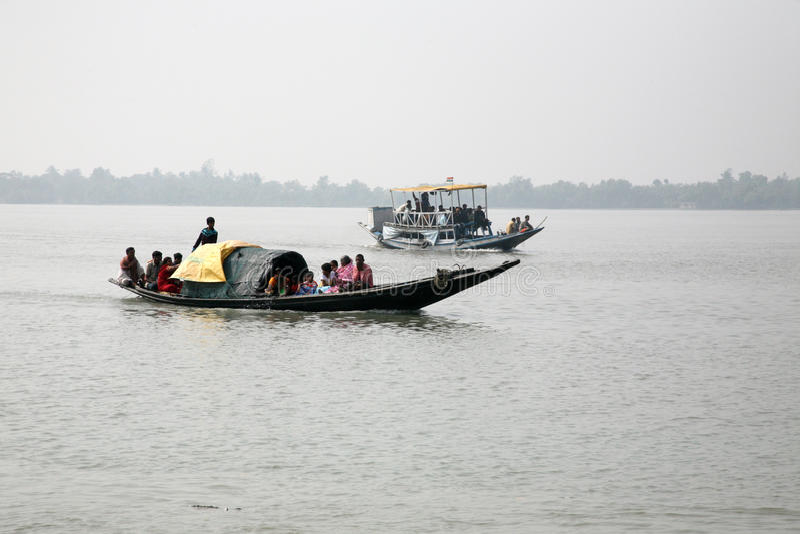Drewniana łódź krzyżuje Ganges rzekę w Sundarbans, Zachodni Bengalia, India obraz royalty free